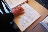 Foto: libro in braille e large print (caratteri grandi per ipovedenti)