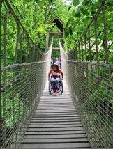 Disabile motorio sul ponte sospeso