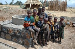 Bambini etiopi. La IAPB Italia onlus ha realizzato in Etiopia 113 pozzi per combattere la mortalità e le malattie (in particolare il tracoma)