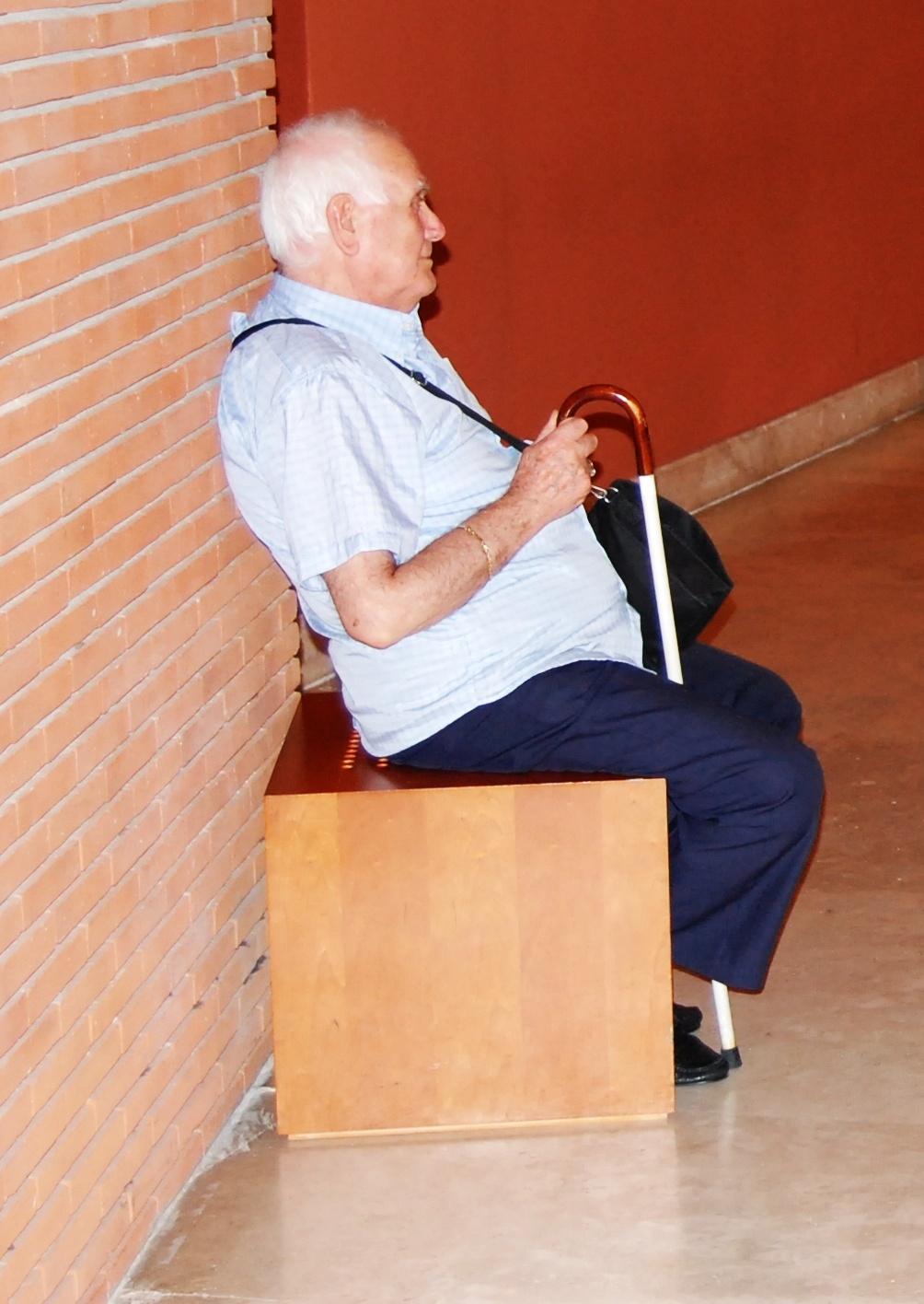Disabile visivo con bastone bianco