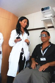 Pazienti con occhiali di prova e oculista