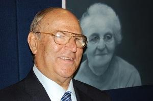 Avv. Giuseppe Castronovo, Presidente della IAPB Italia onlus, di fronte a un ritratto di Adam Hahn