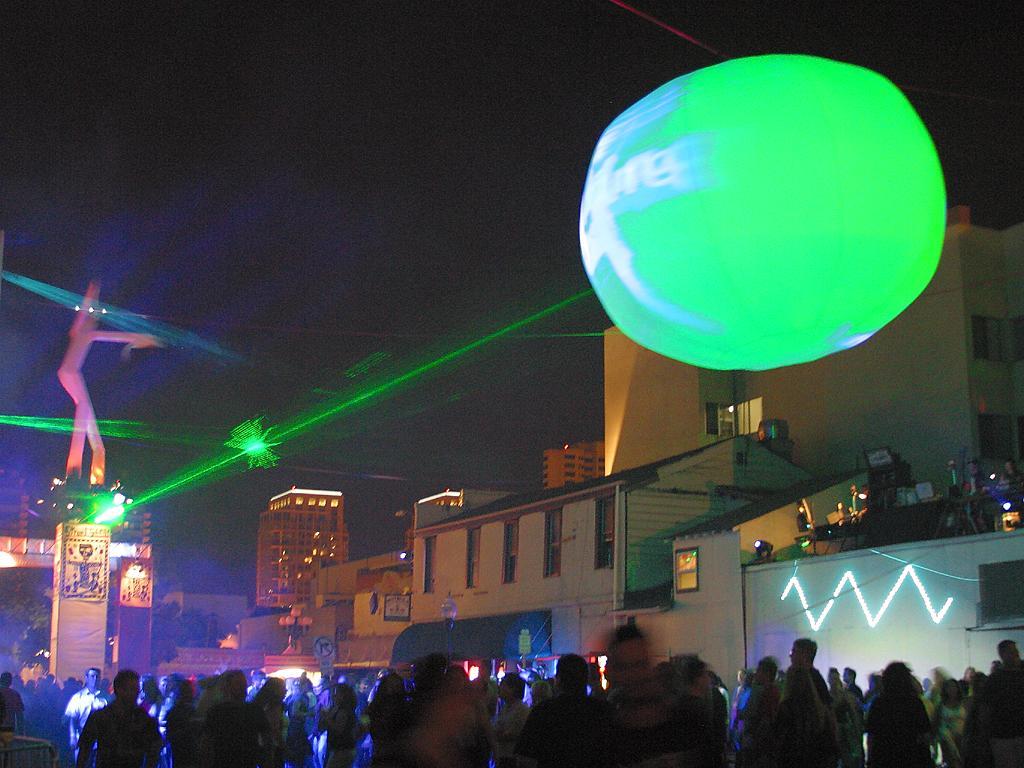 Spettacolo con uso di raggi laser