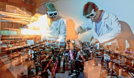 Esperimento con laser per ottenere una modifica strutturale della rodopsina (fotoisomerizzazione), proteina che sta alla base del funzionamento dei bastoncelli (Fonte: Chemical and Engineering News). Nella foto: Christian Manzoni e Dario Polli