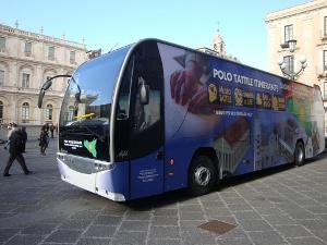 Polo Tattile Itinerante (pullman in una piazza di Catania)