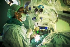 Impianto di protesi retinica (foto Azienda Ospedaliero Universitaria Pisana)