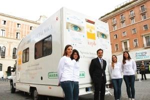 Unità mobile oftalmica per check-up oculistici gratuiti a Roma in piazza S. Silvestro (29 maggio-1 giugno 2013). Al centro Tiziano Melchiorre, segretario generale della IAPB Italia onlus