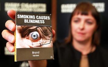 Le avvertenze grafiche sui pacchetti di sigarette in Australia e Irlanda prevedono anche la dicitura