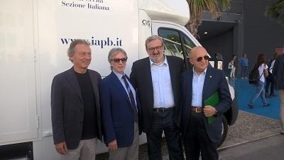 Il Presidente della Regione Puglia Michele Emiliano (il secondo da destra) col Vicepresidente della IAPB Italia onlus Michele Corcio