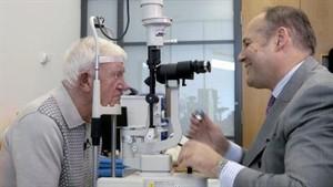 Ray, prima persona al mondo affetta da AMD secca con impianto Argus II (Foto web: Manchester Royal Eye Hospital)