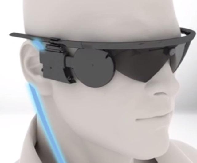 Occhiali con videocamera incorporata collegati in wireless al chip retinico (Immagine dell'occhio bionico: Second Sight, part.)